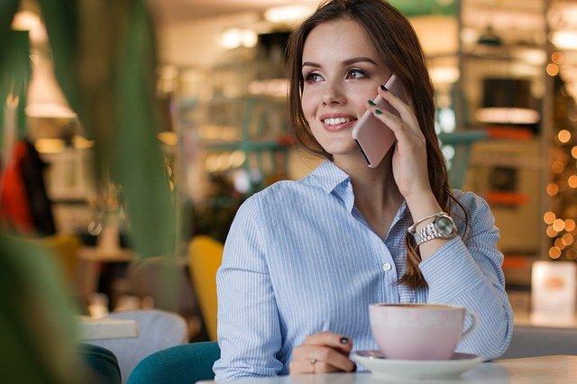 femme qui téléphone dans un café